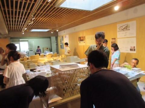小倉先生も学生のプレゼに熱心に耳を傾けています